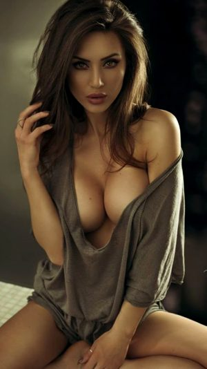 Desirable brunette with amazing body – wish I knew her name!