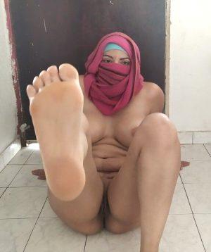 Muslim MILF with sexy feet.